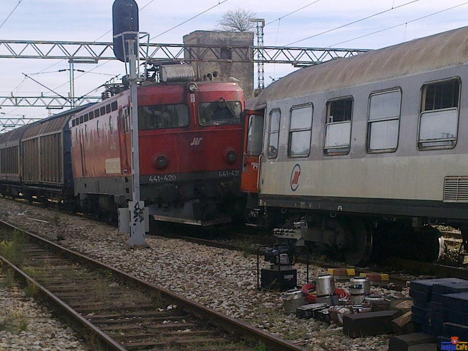 Sudar dva voza na Indjijskoj stanici