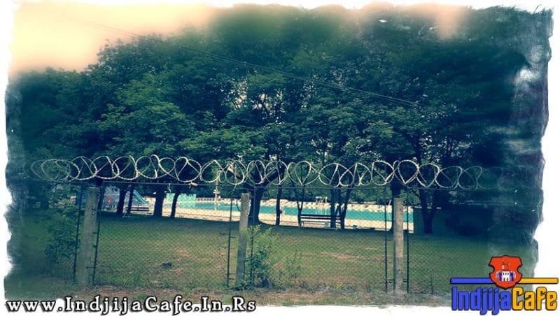 Bodljikava zica na ogradi bazena